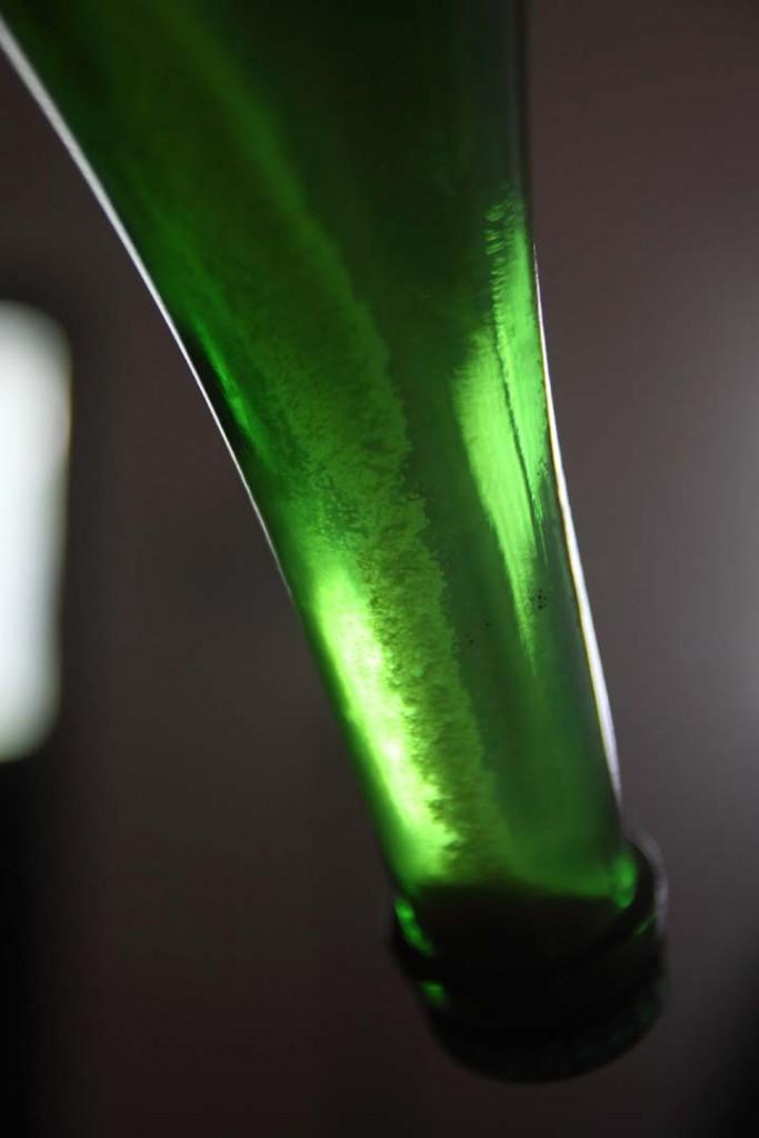 Így süllyed a seprő a palack nyakába.